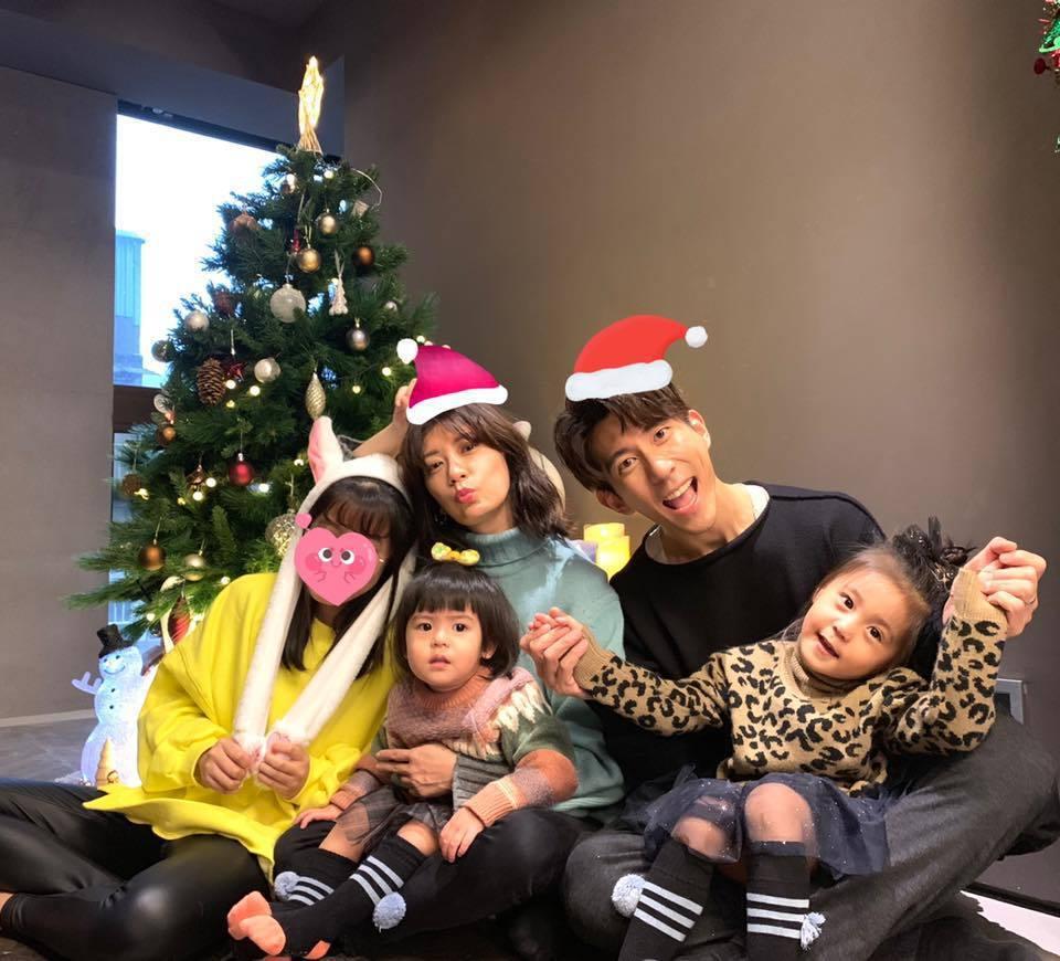 賈靜雯、修杰楷一家人過耶誕。圖/摘自臉書