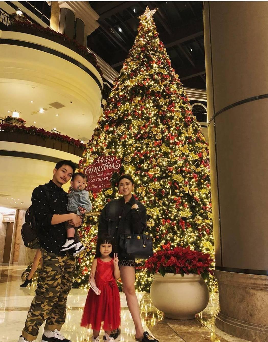方志友與楊銘威一家人過耶誕。圖/摘自臉書