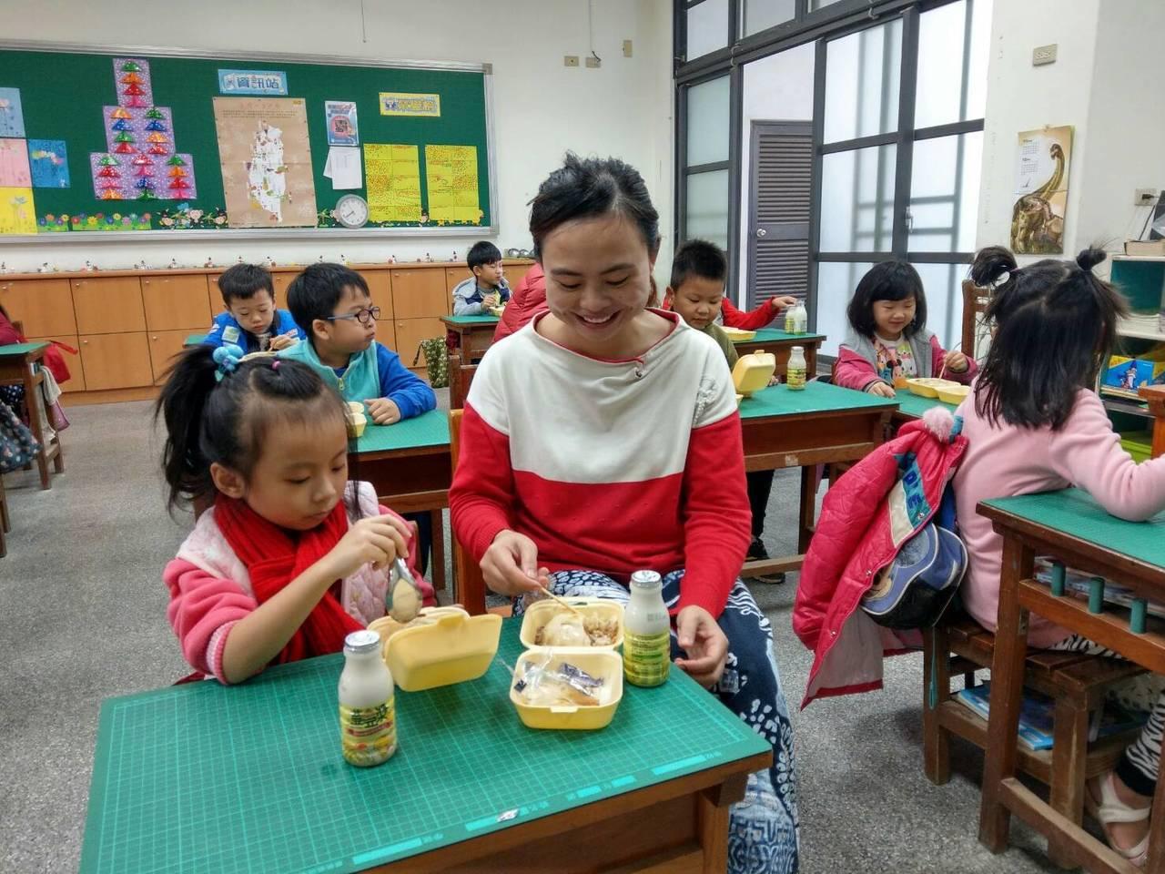 台灣區雜糧發展基金會與雲林南和農場合作,今天將好吃的碗粿和豆漿帶進校園,推動米食...