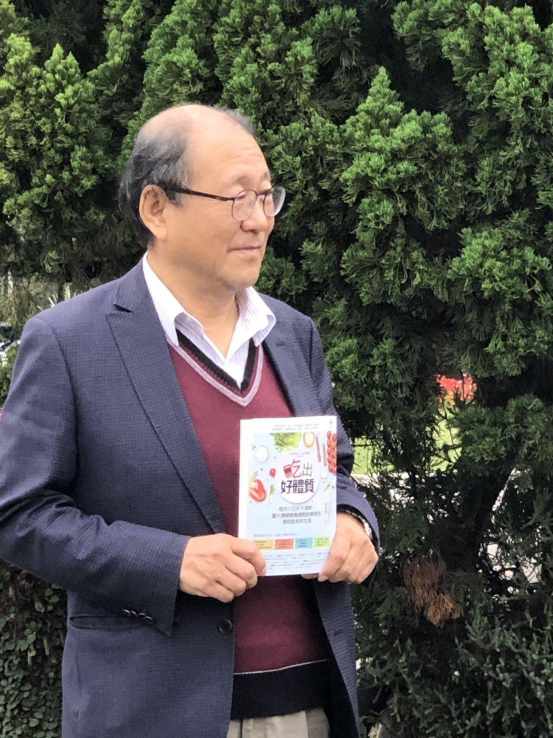 台灣大學營養教育傳播助理教授洪泰雄近日出版第三本書,教民眾如何透過六大類食物,吃...
