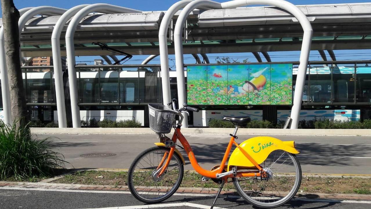 11站中有9站設有Youbike讓遊客可結合淡海輕軌探訪在地。圖/新北市政府提供