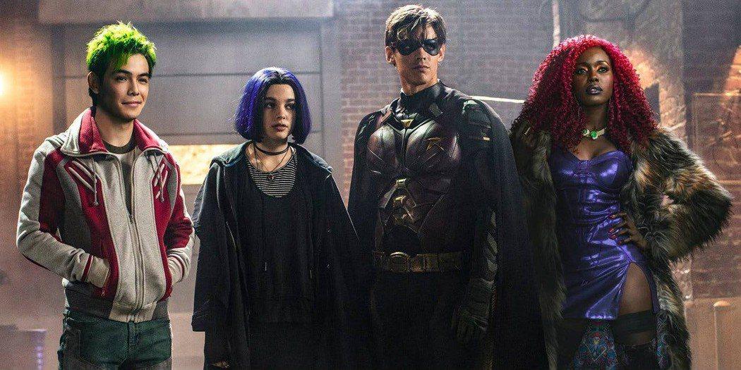 「泰坦」中羅賓與幾位有超能力的邊緣少年聯手出擊。圖/摘自imdb