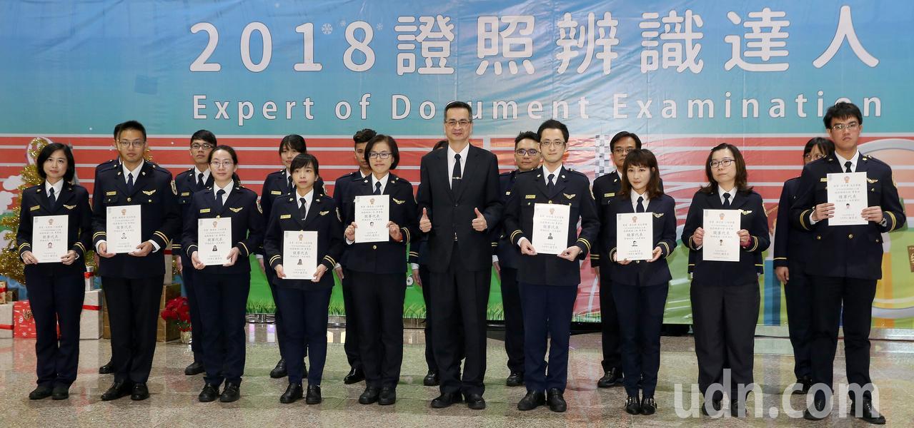 移民署國境事務大隊25日舉行「證照辨識達人比賽」,專業組由全國各機場、港口派出頂...
