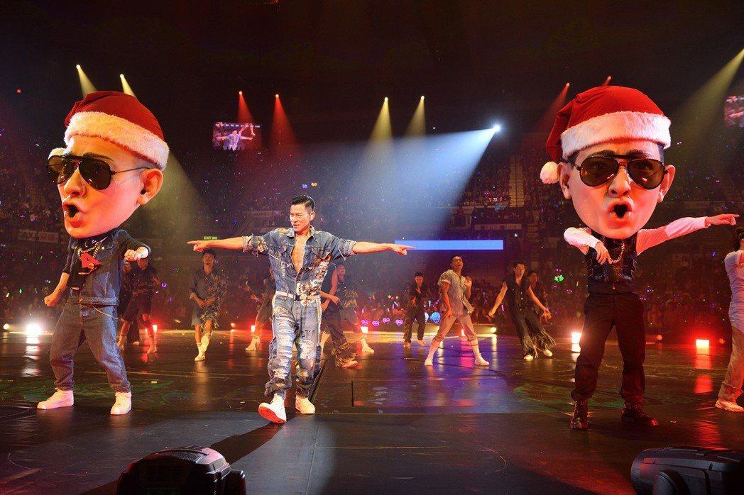 劉德華(中)安排2個大頭仔「Andy」戴上聖誕帽,和歌迷又唱又跳。圖/台灣映藝提...