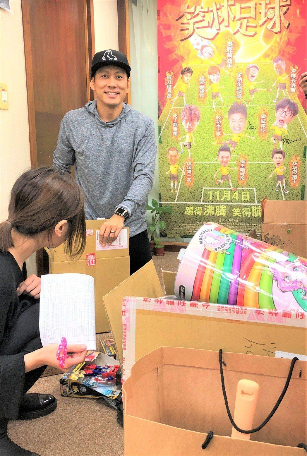 艾力克斯聖誕節買禮物送給幸運粉絲。圖/艾迪昇傳播提供