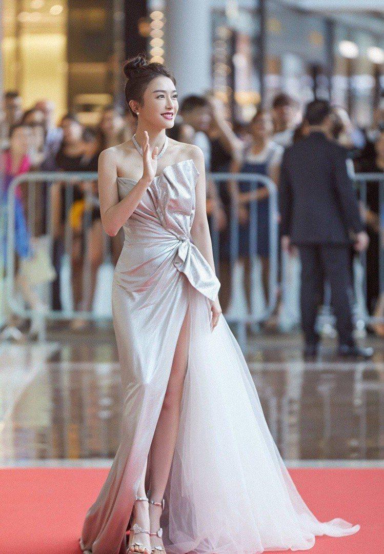 秦嵐穿以色列設計師婚紗品牌Galia Lahav的銀色禮服搭Giuseppe Z...