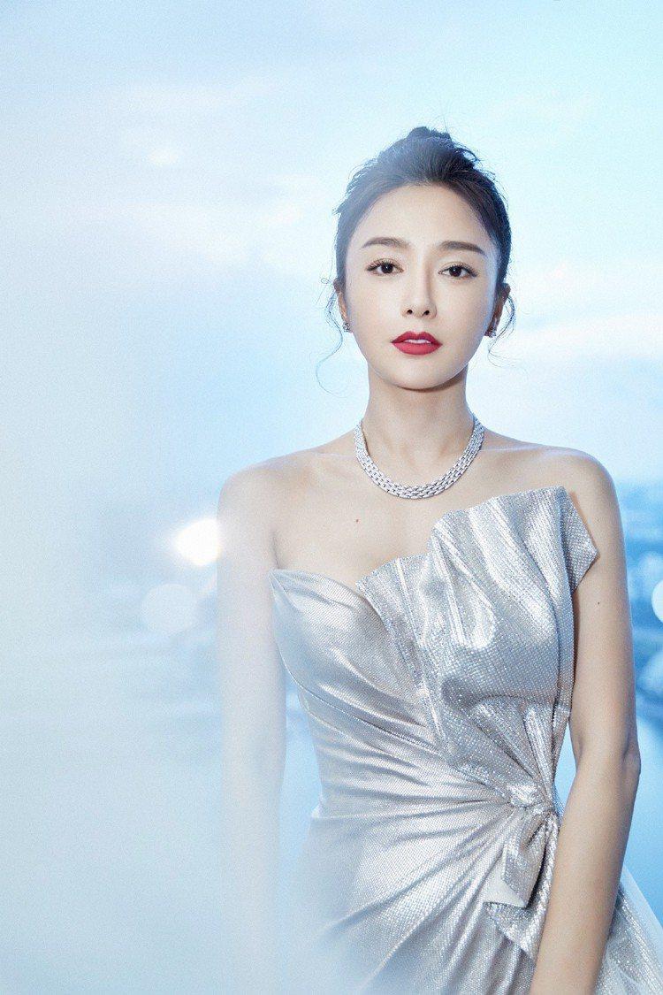 不對稱的高衩設計結合紗裙與上身的蝴蝶結元素,浪漫優雅。秦嵐也以俐落古典的包頭髮型...