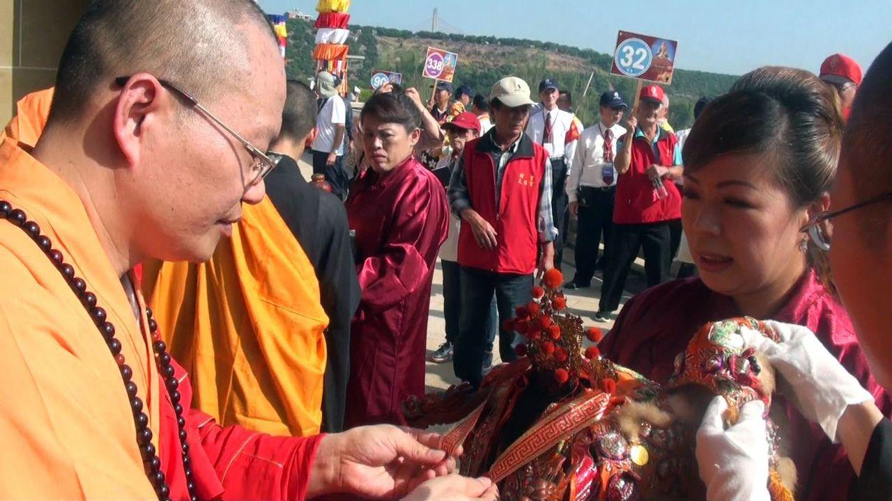 參與世界神明聯誼會的諸佛神尊,由佛光山法師逐一懸掛金牌歡迎。記者王昭月/攝影