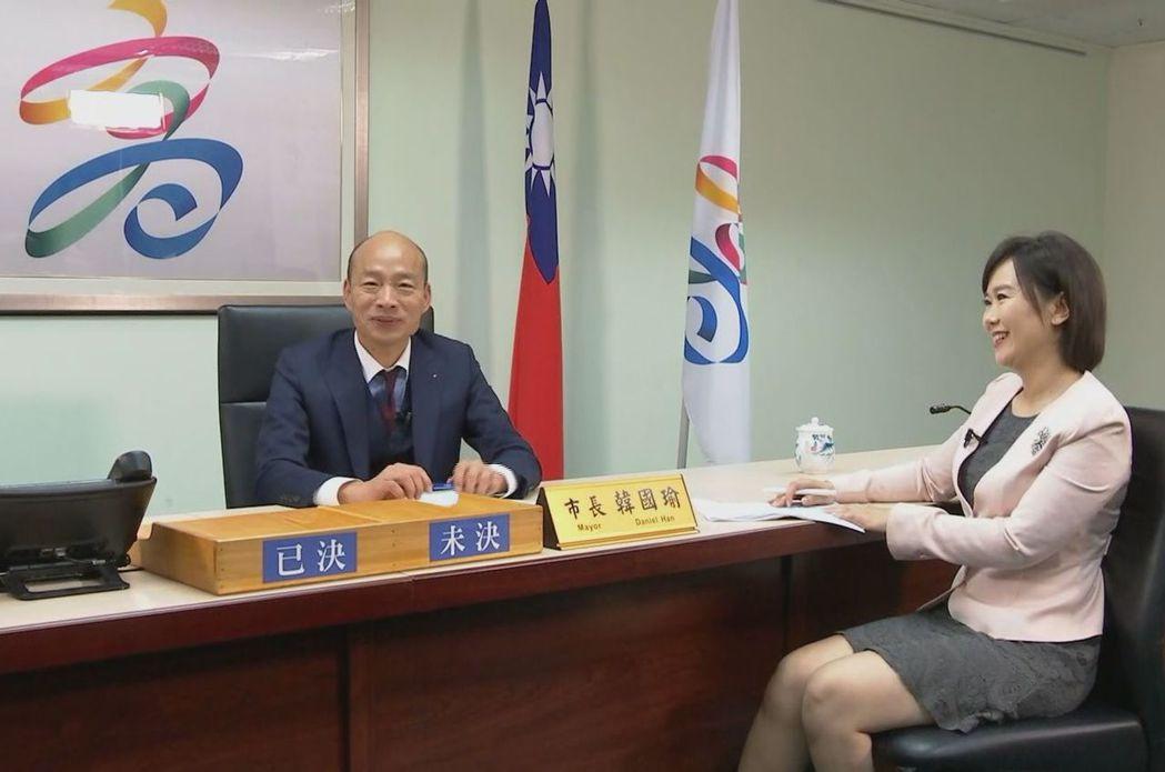 高雄市長韓國瑜(左)接受「新聞深喉嚨」獨家專訪。圖/中天提供