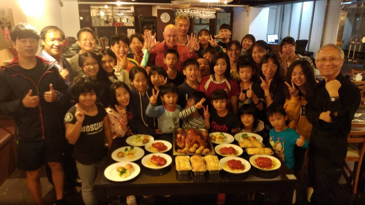 實踐大學觀光系師生邀請木柵國小師生共享耶誕豐盛晚餐。記者徐白櫻/翻攝