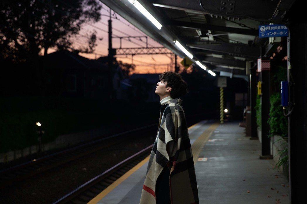 許富凱到日本為專輯取景。圖/時代創藝提供