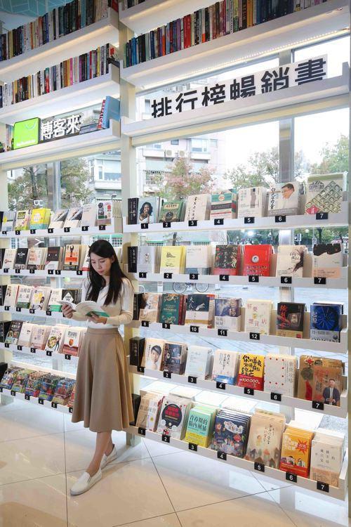 由博客來專業選書,精選商業、小說等8個暢銷書分類。圖/7-ELEVEN提供