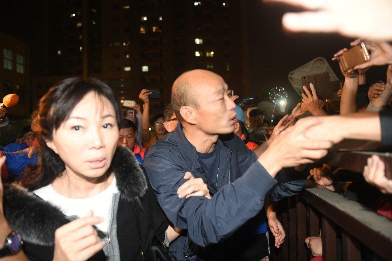 韓國瑜和李佳芬一起到果菜市場。記者謝梅芬/攝影