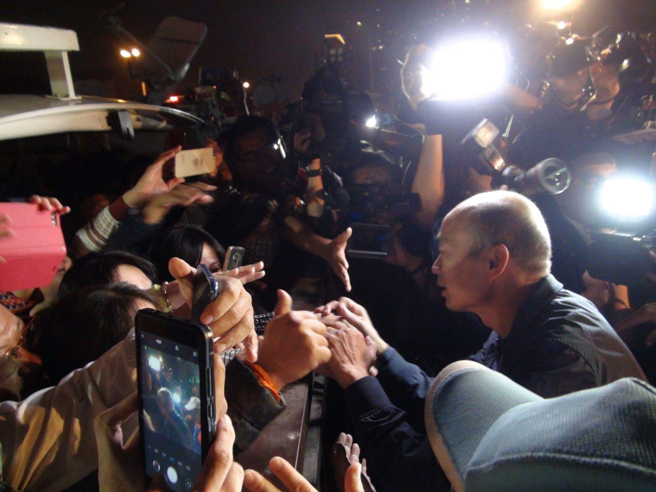 高雄市長韓國瑜昨天到果菜公司,許多民眾早已在外圍等候。記者謝梅芬/攝影
