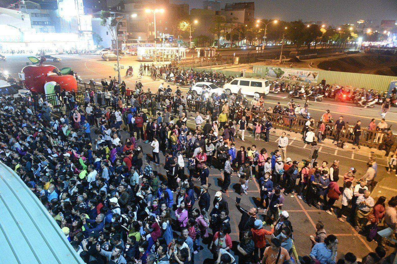 韓國瑜昨晚到果菜公司,場外有許多民眾圍觀。記者謝梅芬/攝影
