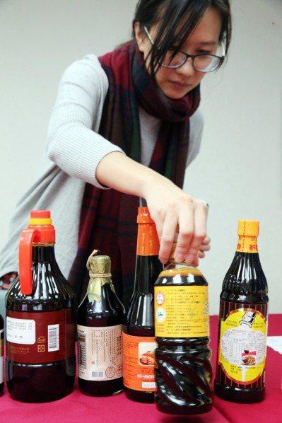 明年1月上路的食安新制,包含包裝醬油將從1月起,依製成標示速成、水解、混合或調和...