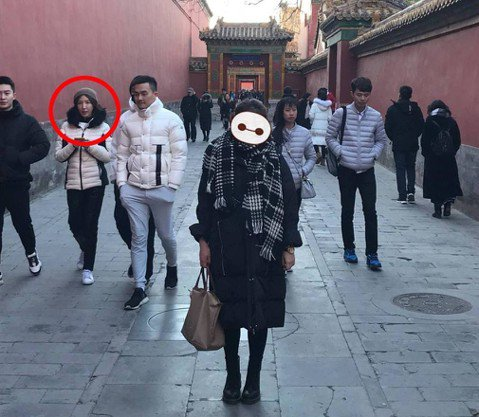 退役女記者赴北京打拚工作,昨天下午2點46分和好友逛故宮時,請好友拍一下有景深的街景,好友怕失敗,連拍了多張,當場沒發現異狀,事後重看照片,意外看到一旁的民眾中,竟然有一對夫婦似的人超像藝人楊謹華,...