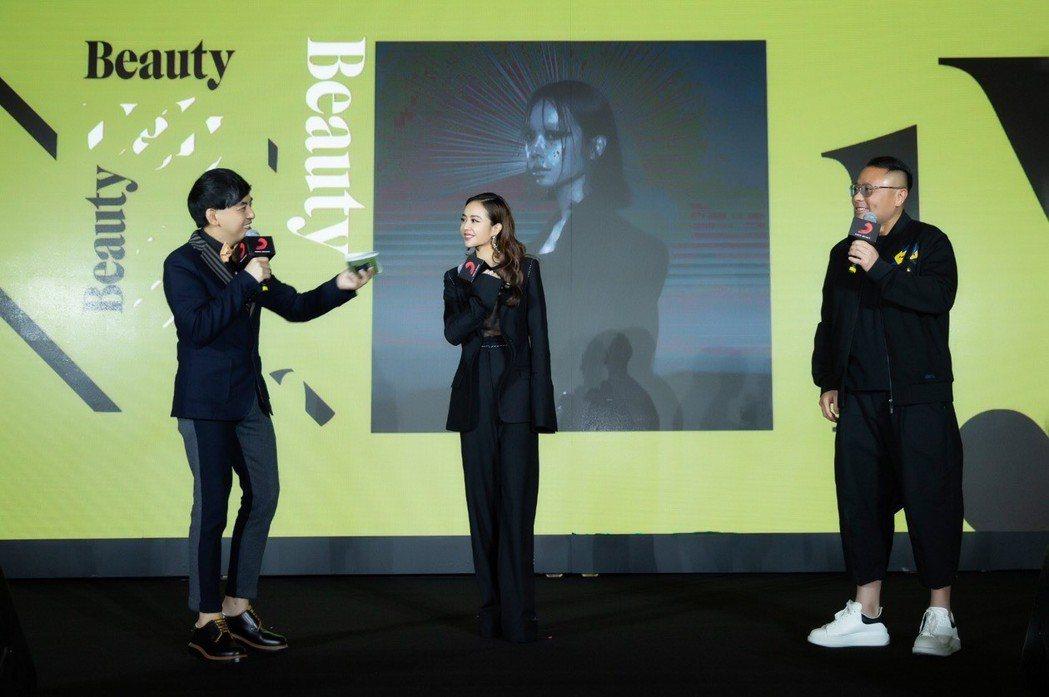 蔡依林26日在北京以中空透視的激凸Bra裝舉行新專輯發片記者會。 圖/索尼音樂提...