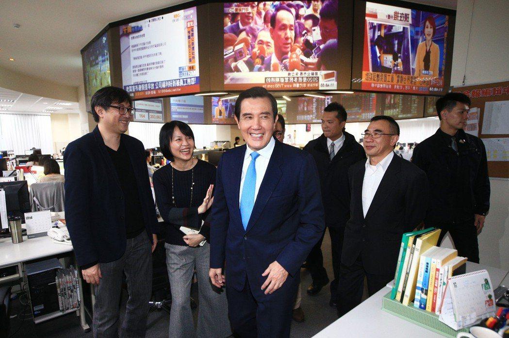 前總統馬英九(左三)昨天前往聯合報系總部接受專訪。記者陳正興/攝影
