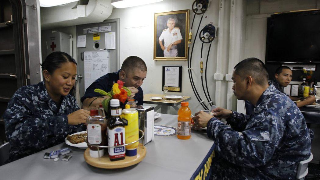 美軍驅逐艦「史托克代爾號」的水兵在餐廳吃飯,不同的菜色是他們海上生活少數有變化的...