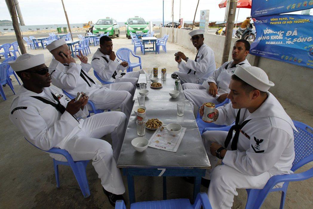 一群美國海軍水兵在越南峴港下船喝啤酒,過去在軍中若未達法定年齡而飲酒,可能會被關...