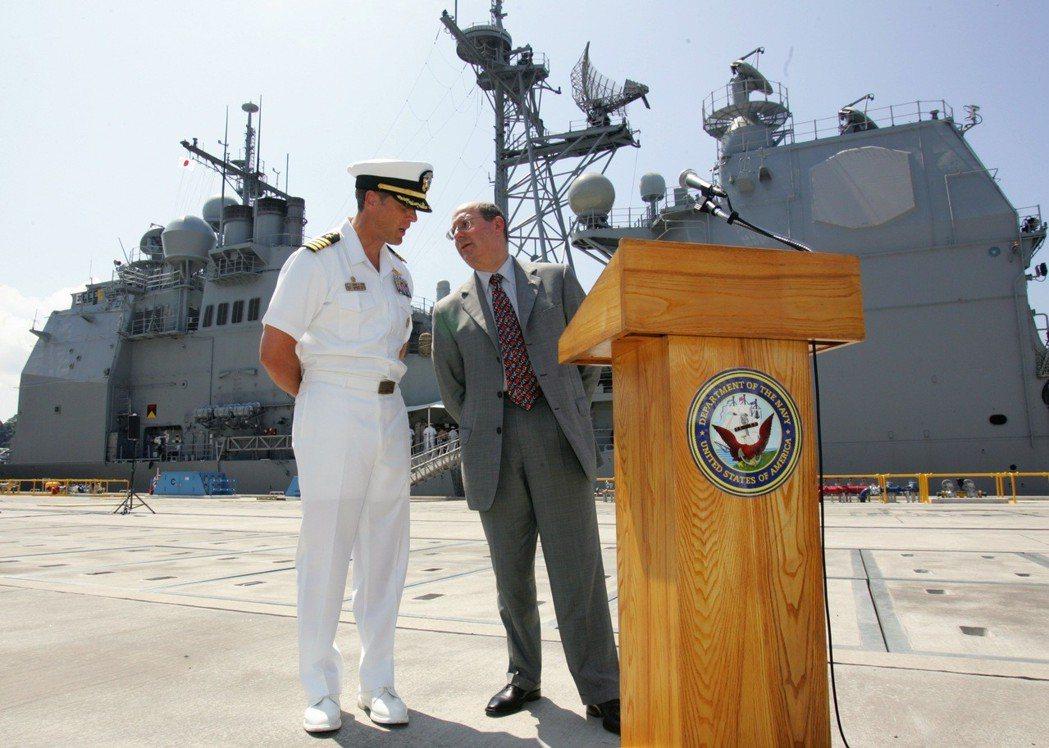 已退役的美國海軍艦長艾爾(左)服役時很愛把違規水兵關禁閉。 (路透)