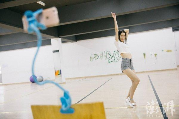 網紅魯雅莉利用休息時間在舞蹈教室做直播,開播半小時就有千名粉絲觀看。 (澎湃新聞...
