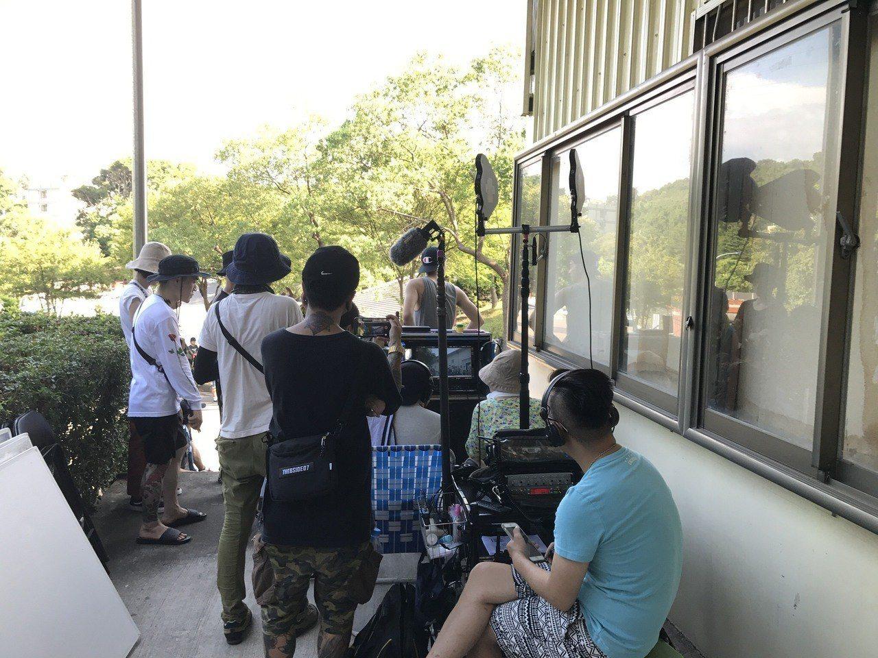 玄奘大學傳播學院學生參加電影「誰先愛上他的」劇組拍攝,從實作中累積經驗。 圖/玄...