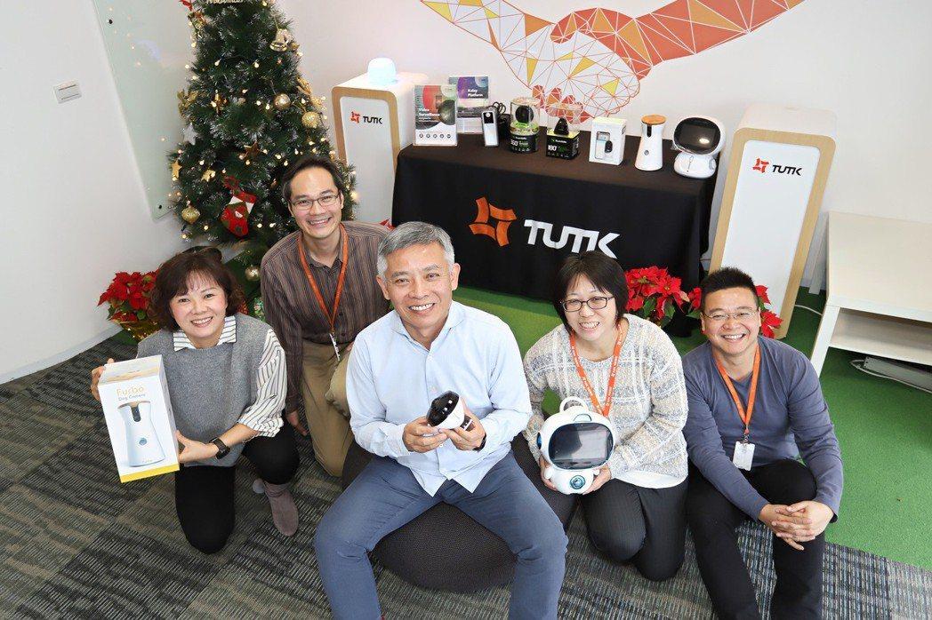 物聯智慧董事長郭啟銘(左三)說,LTE M模組的影像傳輸方案上市後,可推升該公司...