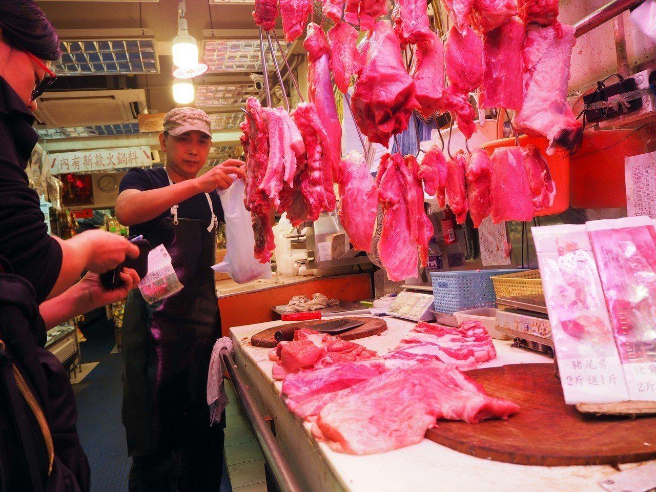 儘管非洲豬瘟在內地蔓延,但香港多名豬肉攤販表示,近期豬肉價格並沒有太大變化,惟因...