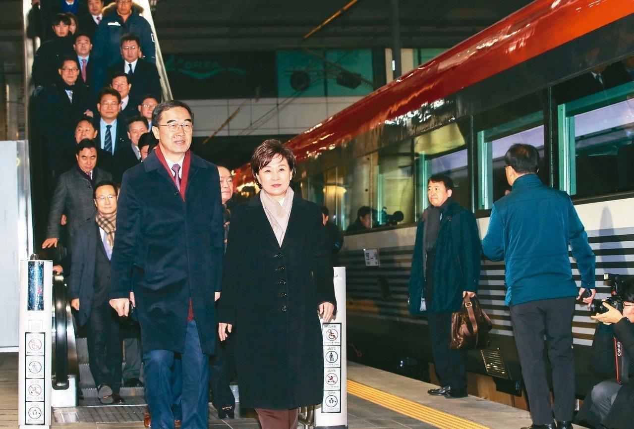 南韓統一部長趙明均(前左)與南韓代表團上午搭特別列車前往北韓參加兩韓道路、鐵路現...