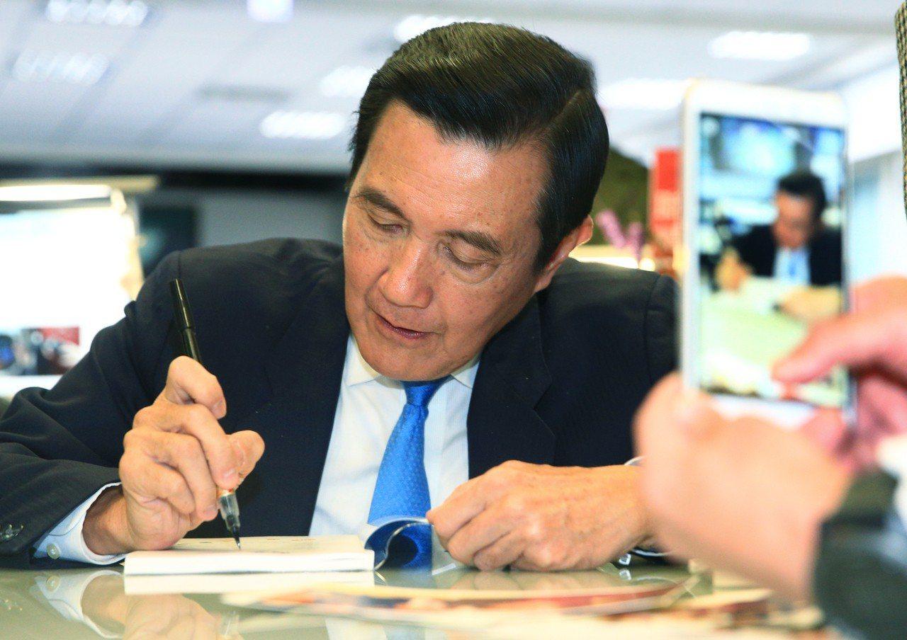 前總統馬英九昨參觀聯合報數位編輯台,並為民眾簽書。 記者陳正興/攝影