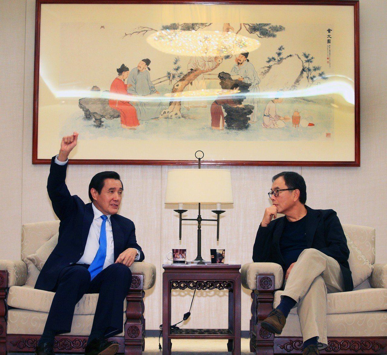 前總統馬英九(左)昨前往聯合報系總部接受影音專訪;右為聯合報社長項國寧。 記者陳...