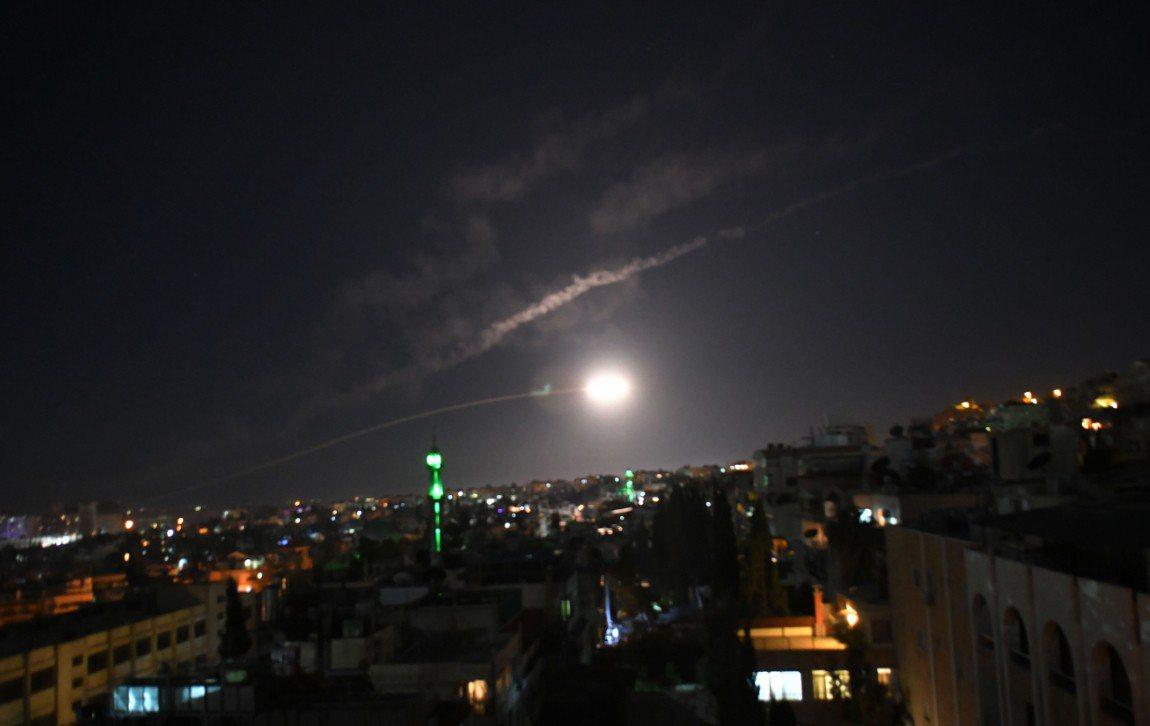 敘利亞國營媒體報導,該國防空系統在首都大馬士革附近攔截多個「敵對目標」。 新華...