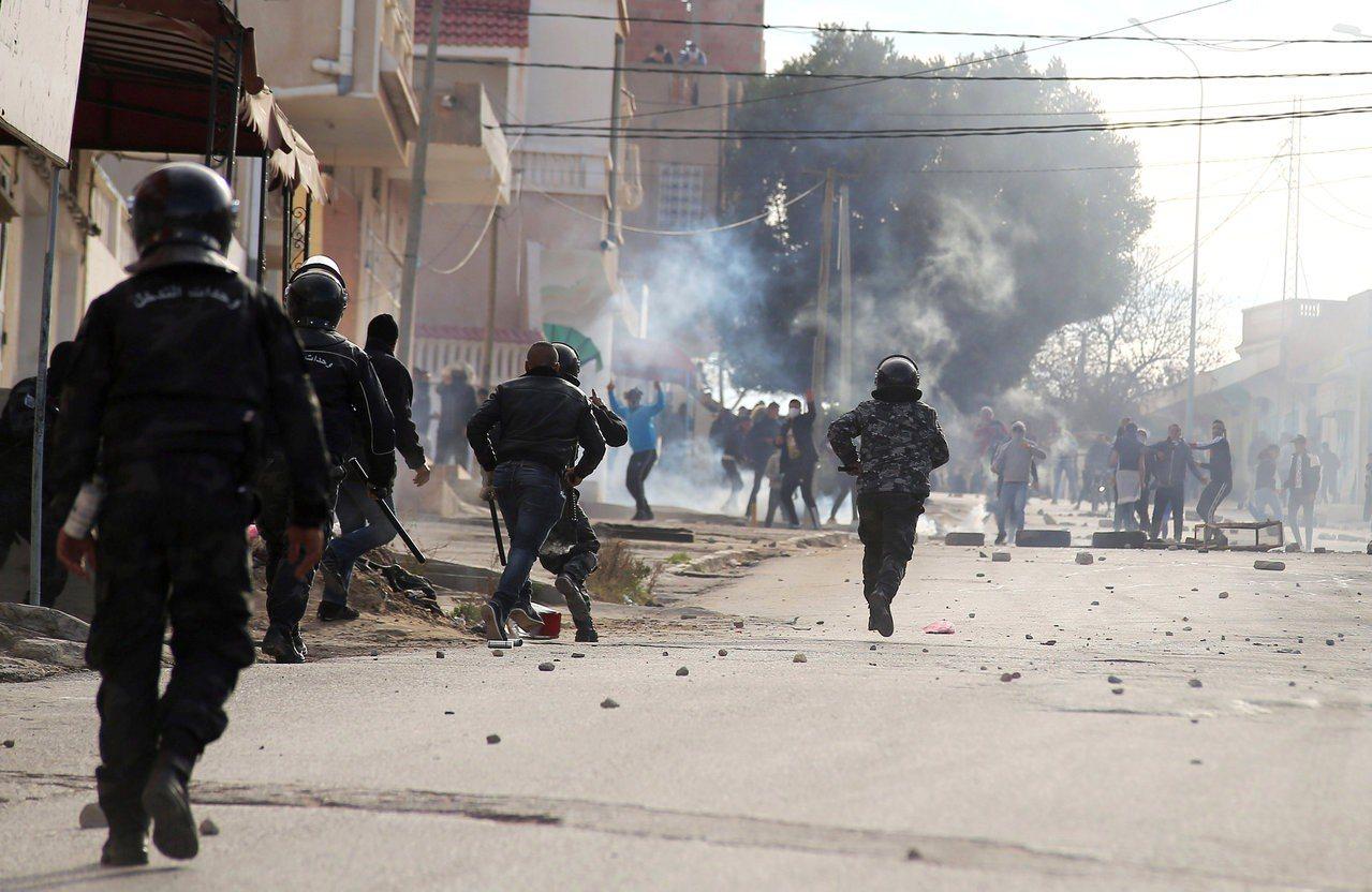 突尼西亞安全部隊今天在西部城市卡塞林向示威者施放催淚瓦斯,這場示威活動因當地一名...