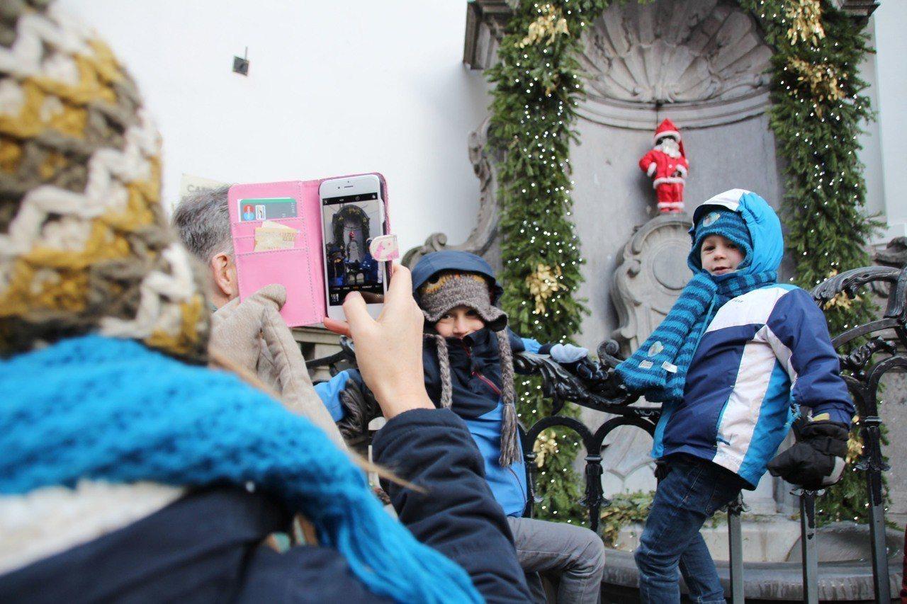布魯塞爾居民知名的尿尿小童在12月25日變身成耶誕老人,吸引遊客不畏低溫爭睹。 ...