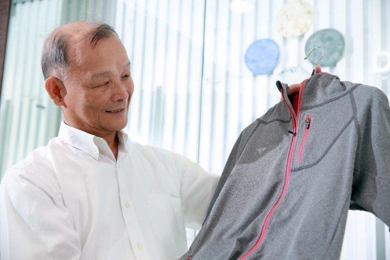 工業局民生化工組組長洪輝嵩手上的運動機能衣是臺灣紡織之光,在全球佔有重要一席之地...