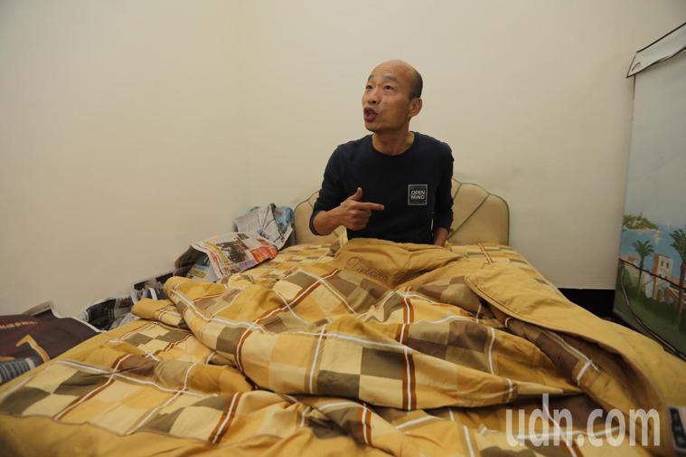 高雄市長韓國瑜昨(25)晚夜宿果菜市場,就寢前大方透露,自己睡覺時一定要「穿襪子...