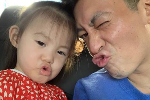 「曬娃魔人」陳冠希自從有了寶寶後,就經常在社交網站上曝光女兒Alaia的照片。他昨(25日)曬出女兒的聖誕節禮物,並寫著「Alaia的玩具箱」,照片中Alaia整個人坐在巨大玩具箱裡面,畫面十分可愛...