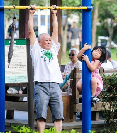 台北醫學大學一項最新研究發現,退休後如果能夠繼續工作,身體更健康,心情會更好。圖...