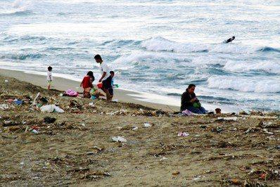 台灣海岸線布滿海洋廢棄物。圖/報系資料照