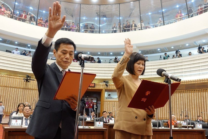 第3屆高雄市議會選出議長許崑源(左)、 副議長陸淑美,選舉結果確定後兩人即宣誓就職。 圖/聯合報系資料照