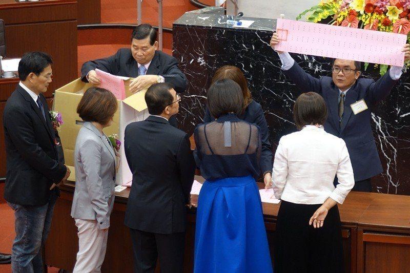 高市議會選正副議長開票時,直接打開選票並唱出選舉人與其投票對象。 圖/聯合報系資...