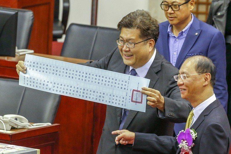 台北市議會25日舉行議長選舉,選票都採記名投票,所以不限制亮票行為。 圖/聯合報...