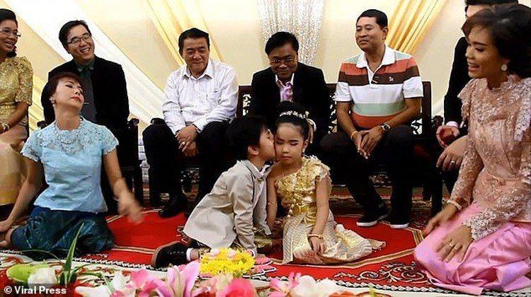 泰國一對夫妻替他們6歲的龍鳳胎兒女舉辦隆重婚禮,因為他們相信,前世戀人如果情未了...