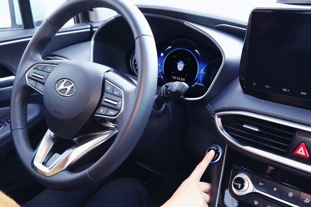 Hyundai的指紋辨識解鎖功能,其感應器置於車門把手與引擎啟閉鈕上。 摘自Hy...