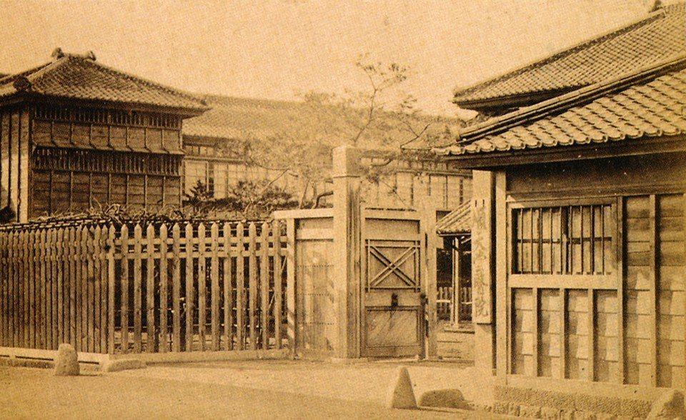 圖為1875年設立的順天堂醫院。順天堂在日本歷史悠久,其醫院和學校頗負盛名。名稱...