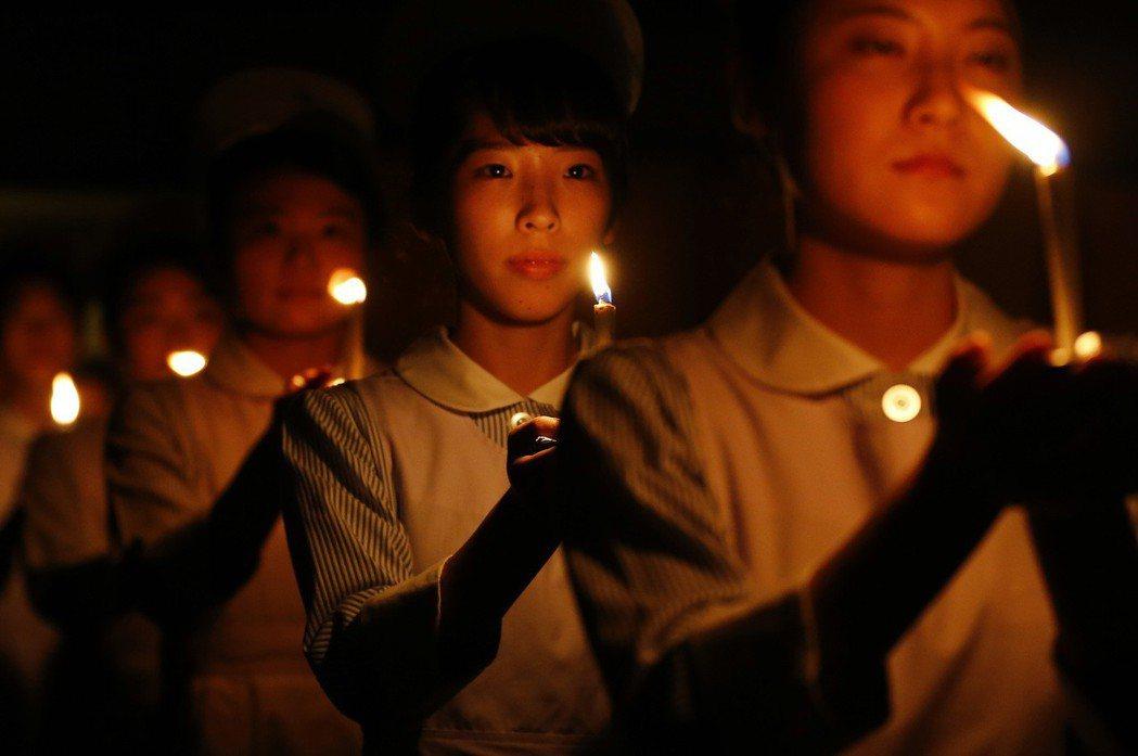 「醫學系拿女性開刀根本是時代的錯誤。」圖為在東京的護士祈福晚會。 圖/美聯社