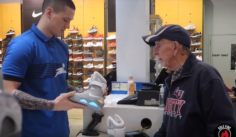 店員看到天價鞋露出驚訝表情。圖/翻攝Youtube