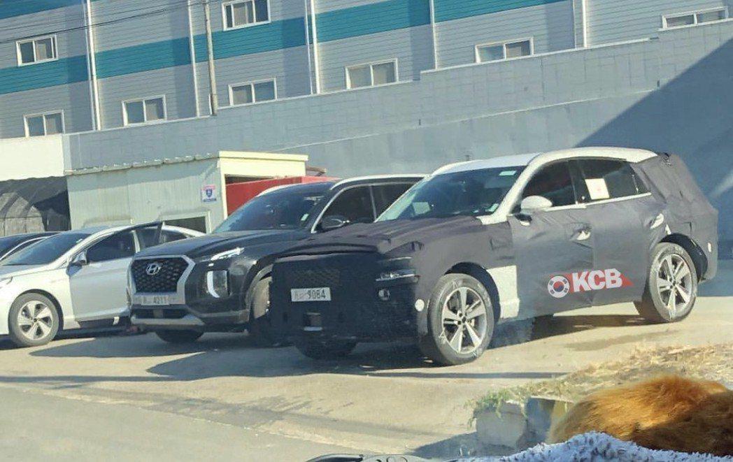 應為量產版Genesis GV80停放在全新Hyundai Palisade旁。...